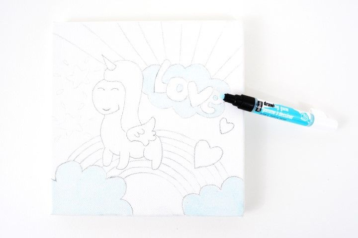 3. Appliquer le marqueur drawing gum sur les nuages et le corps de la licorne. Le drawing gum permet de réaliser une réserve blanche sur laquelle la peinture n'accrochera pas.