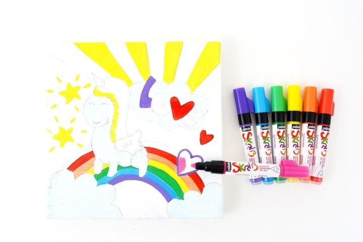4. Colorer en aplat de couleur différentes parties de la toile à l'aide des marqueurs Skrib. Laisser sécher : arc en ciel, mot love, étoiles …