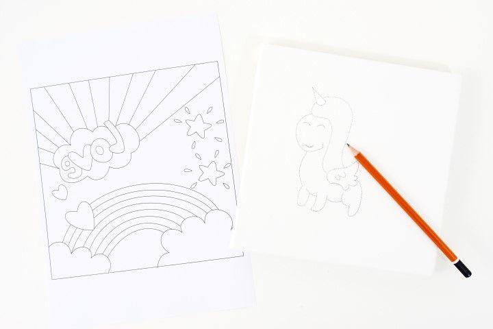 1. Dessiner sur la toile le motif de la licorne kawaï à l'aide du livre «Je dessine Kawaii - Editions Fleurus». Télécharger et imprimer le gabarit.