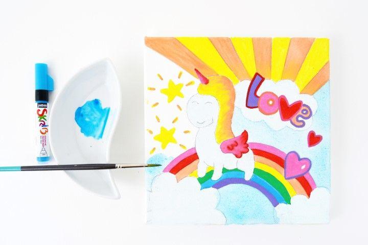 6. Diluer le marqueur gouache Skrib bleu avec un peu d'eau et peindre le ciel. Laisser sécher.