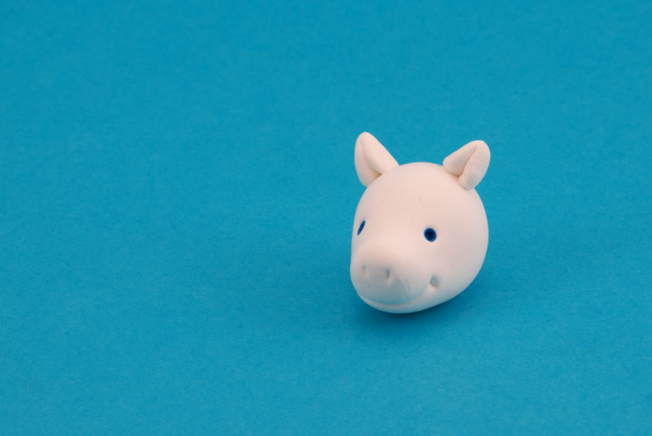 Faire des petites boules de Patarev blanche, les aplatir puis les plier en deux pour faire les oreilles.