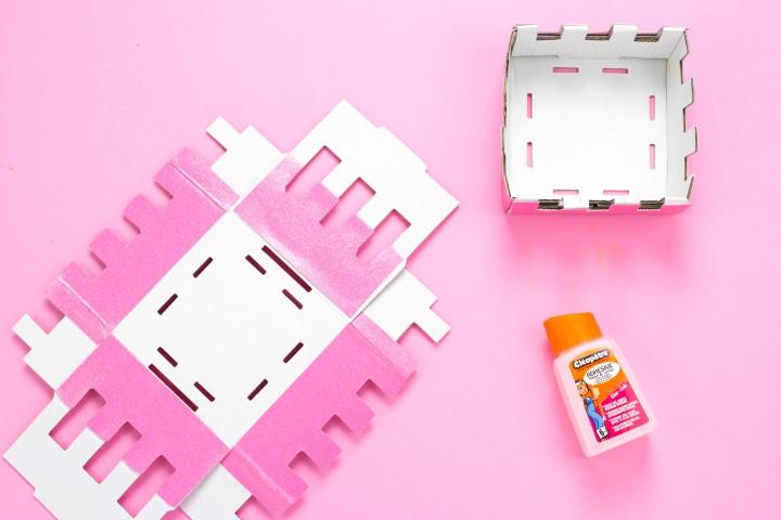 5. Coller le papier pailleté à l'aide de colle à papier sur chacune des faces.