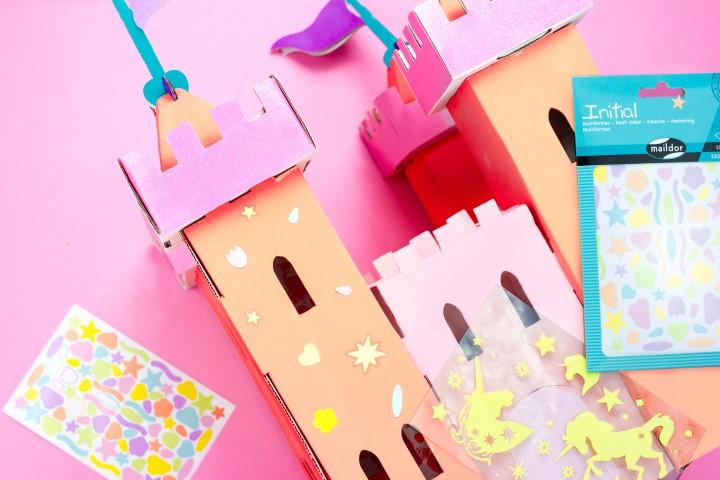 8. Coller les gommettes sur le château.