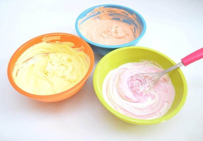 2 - Séparez la pâte dans plusieurs récipients et colorez-la avec les levures colorées du kit Rainbow cake.