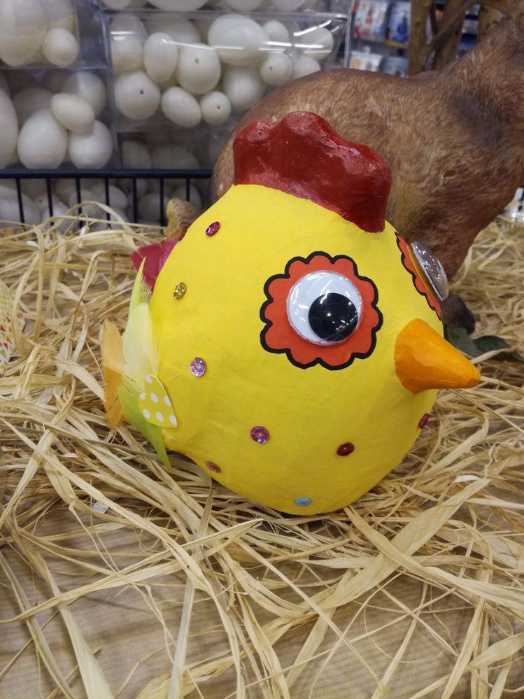 """pour réaliser cette poule j'ai utilisé de la peinture acrylique """"créalia"""" , des plumes de la gamme pâques, des yeux mobiles, et des sequins, pour l'entourage des yeux j'ai utilisé des feutres posca."""