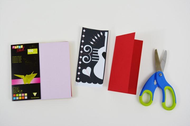 1. Télécharger, imprimer et découper le gabarit du motif sur cultura.com. Plier en deux une feuille de papier origami 12 x 12 cm.