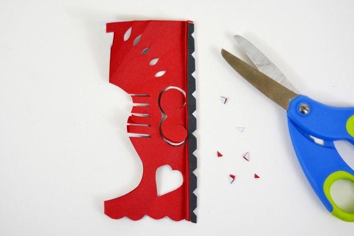 8. Plier la feuille de papier origami et le gabarit en suivant la ligne rouge de repère. Découper les petits losanges. Déplier.