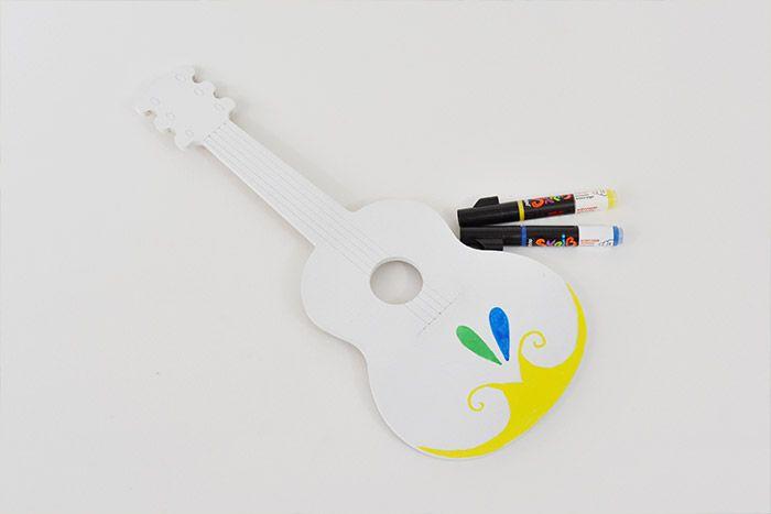 1. Préparer la base de la guitare : Passer une sous-couche de gesso et une couche de peinture acrylique Blanc. Télécharger et imprimer  le gabarit du dessin à reporter sur la guitare.