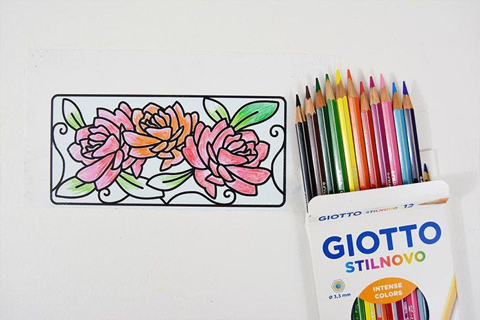 1. Télécharger le gabarit et l'imprimer sur le plastique créatif. Découper le motif choisi et le colorier en créant des dégradés avec les crayons de couleur.