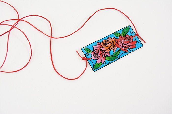 3. Cuire le motif au four en suivant les recommandations indiquées sur le produit. Nouer une longueur de cordon coloré pour créer un collier.