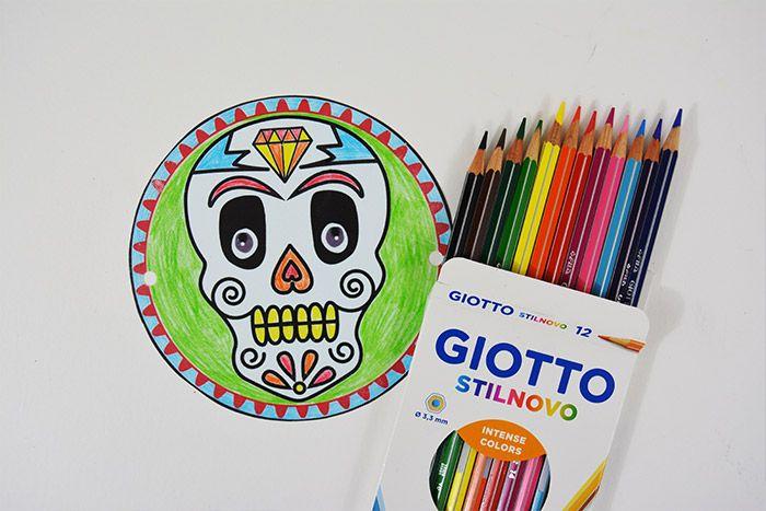 1. Télécharger le gabarit sur cultura.com et l'imprimer sur le plastique créatif. Découper le motif choisi et le colorier avec les crayons de couleur.