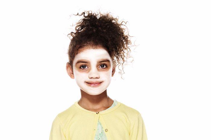 1. À l'aide d'une éponge légèrement humide, appliquez le fard Blanc sur tout le visage à l'exception de deux cercles autour des yeux.