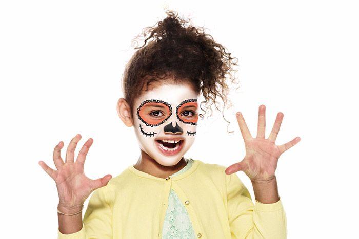 3. Avec un petit pinceau et le fard Noir, dessinez pleins de petits ronds autour des cercles oranges. Ajoutez sur chaque joue une ligne incurvée rayée de petits traits pour représenter une cicatrice. À l'aide d'un petit pinceau et du fard Noir, dessinez le nez avec deux pointes sur le dessus. Laissez un espace entre les deux pointes sur le nez.