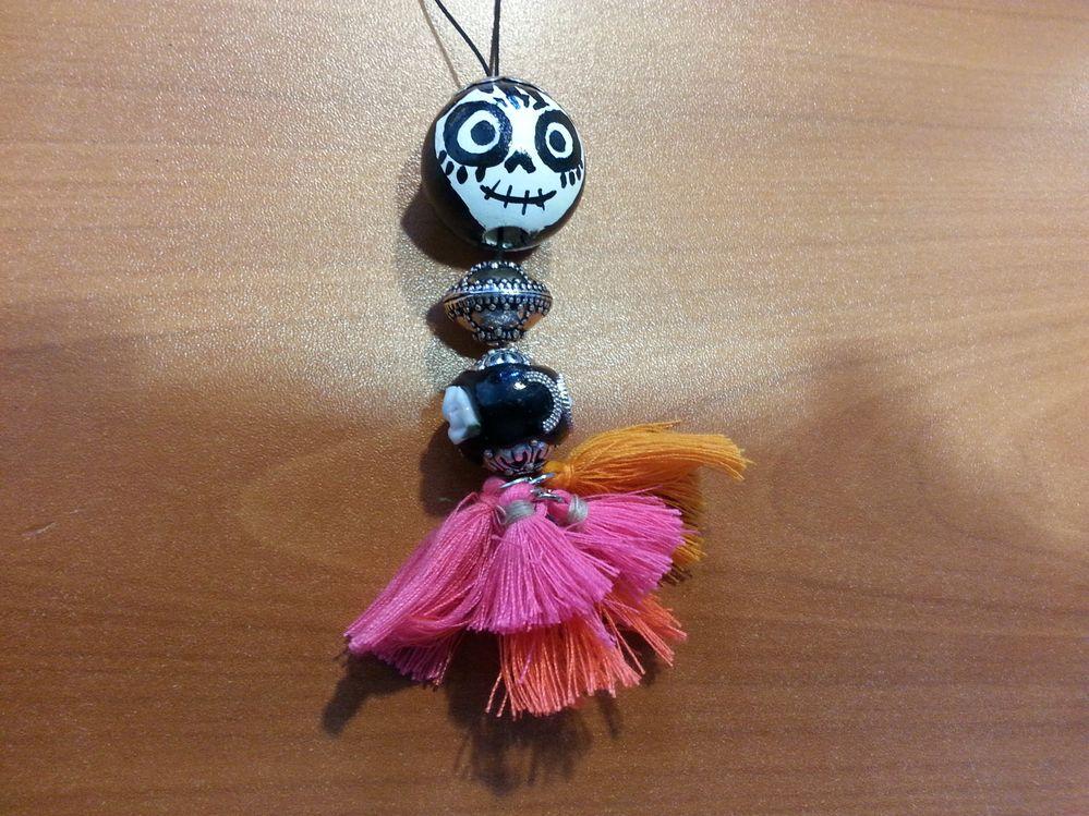 perle peinte à l'acrylique motif coco , bijou de sac avec pompons