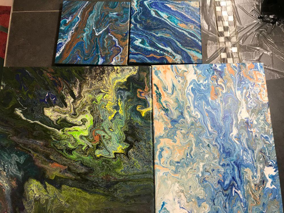 Les deux du haut sont les tout premier /le vert j'ai eu un problème avec une colle vinylique que j'ai acheter la peinture à gonfler au contact de la colle pour finir par cailler sur la toile / la bleu et orange a été réaliser après les deux multicolores et là grosse déception de ne pas avoir reproduit le super effet des multicolores