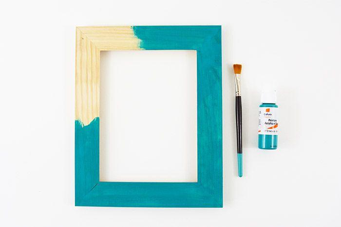 Peindre le cadre en bois avec la peinture acrylique Emeraude.