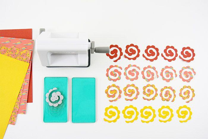 5. Répéter les actions précédentes dans différents papiers de couleurs et imprimés. Une vingtaine de découpes sera nécessaire.