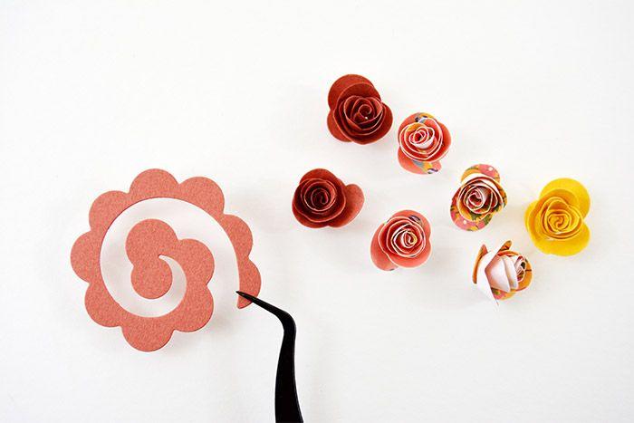 7.A Pour former la rose, maintenir l'extrémité de la forme découpée avec la pince de précision et enrouler tout autour de la pince la forme découpée.