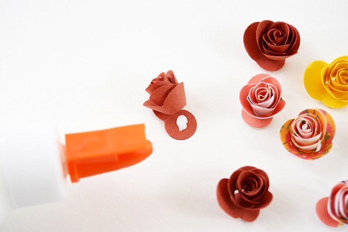 8. Encoller la base de la spirale pour fixer la rose. Répéter les actions précédentes pour former toutes les roses.