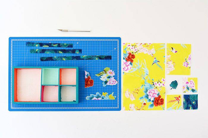 3. Découper les papiers décopatch® aux formats des casiers et sélectionner les motifs floraux pour le couvercle, le cadre du miroir et les tiroirs. Découper des bandes de papier décopatch® pour recouvrir facilement le socle du support.