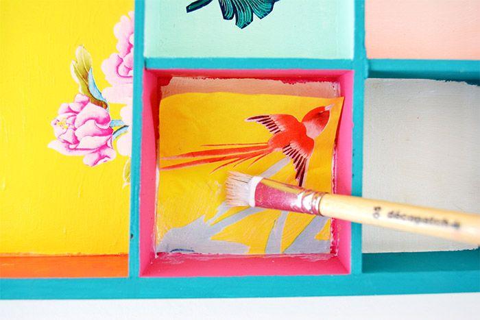 5. Poser le morceau de papier décopatch® sur la zone encollée et lisser le papier avec le pinceau enduit de vernis colle. Astuce : commencer par le centre et chasser les bulles d'air vers l'extérieur.