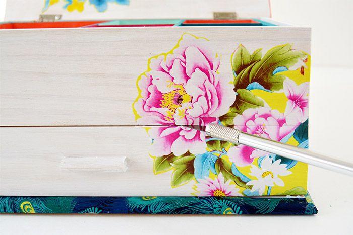 7. Astuce pour les tiroirs : Encoller le motif floral sur l'ensemble des titoirs fermés. Laisser sécher. Entailler le motif une fois sec au niveau de la fente des tiroirs.