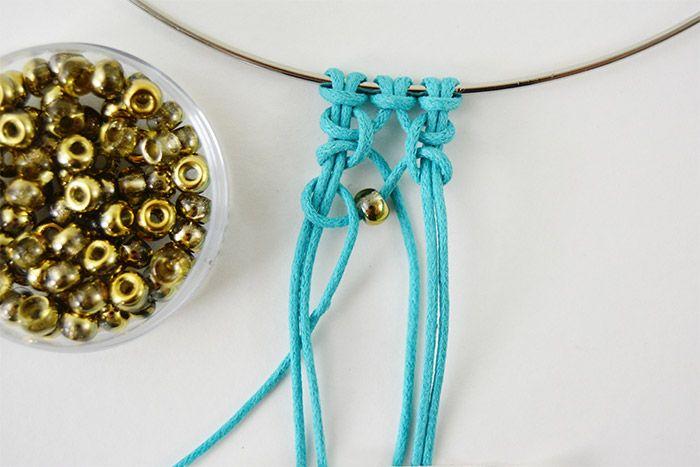 6. Insérer une perle de rocaille dorée avant de poursuivre le nœud de gauche avec la 4ème longueur.