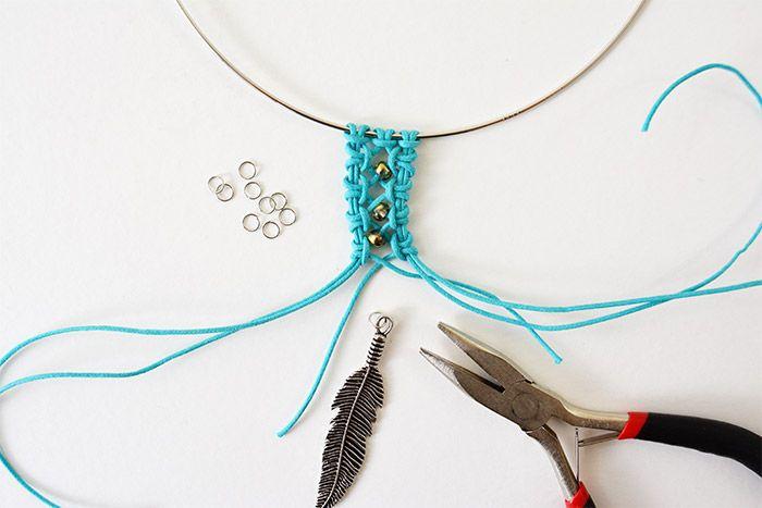 7. Poursuivre les nœuds à droite et à gauche tout en insérant une perle de rocaille comme expliqué précédemment. Couper les longueurs à environ 1 cm après chaque dernier nœud. Insérer un anneau sur une breloque plume et l'insérer au macramé.