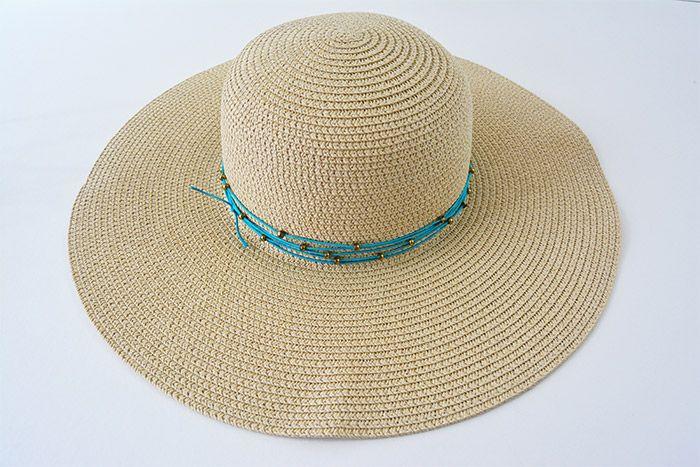 2. Nouer le fil perlé autour du chapeau et replacer harmonieusement les perles de rocailles.