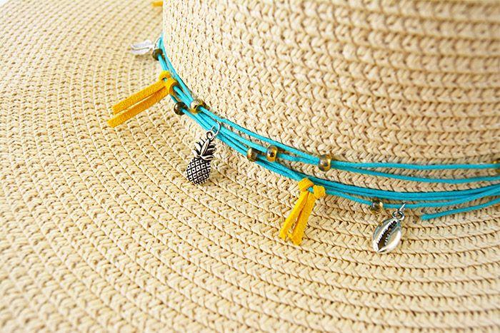 5. Fermer les anneaux des breloques autour du fil et les éparpiller harmonieusement tout autour du chapeau.