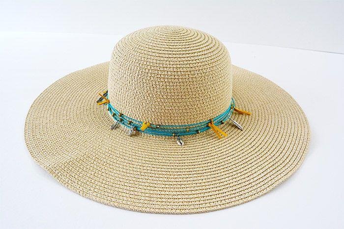 6. Le chapeau est prêt pour égayer votre été. La customisation éphémère vous permettra de changer de style à tout moment…