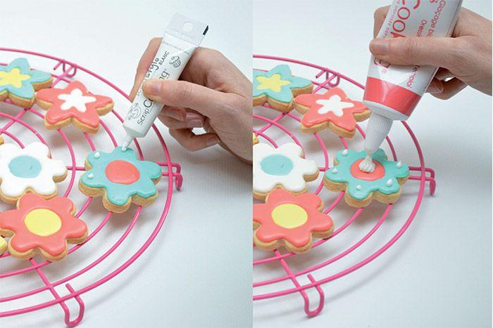 6. Décorer avec l'icing et le tube de glaçage.