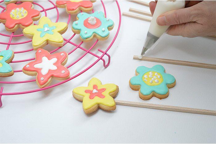 7. Fixer les biscuits sur les batonnets avec du glaçage royal.