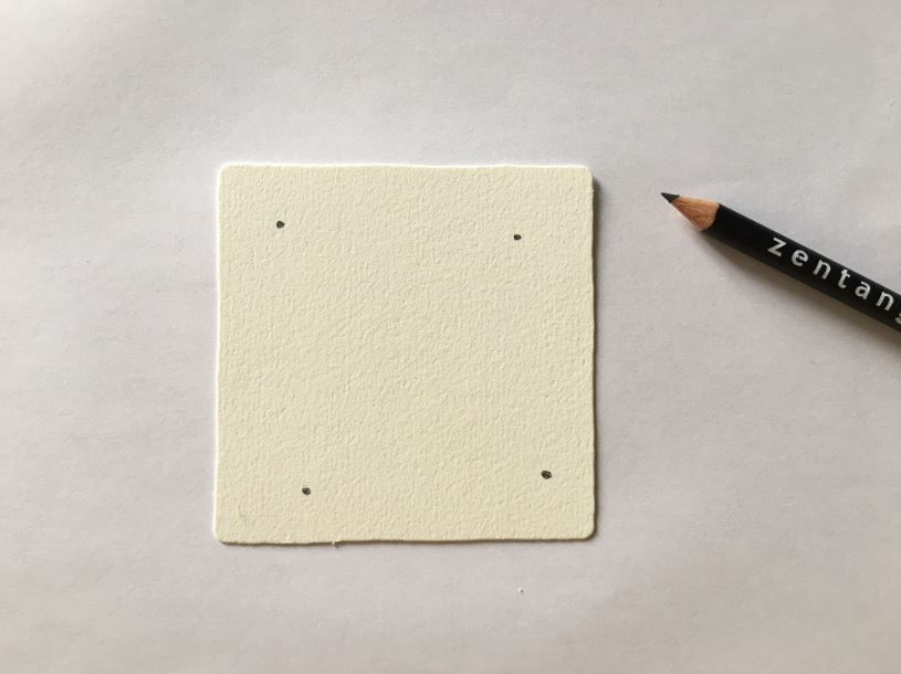 1. Faites un point à chaque angle de la carte Zentangle avec un crayon graphite.