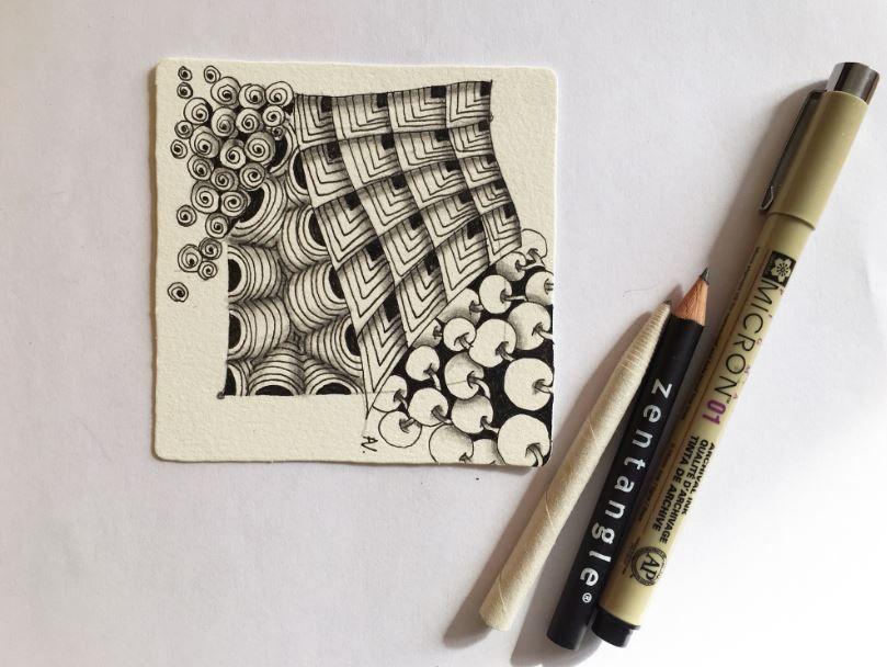 8. Placez les ombres à l'aide du crayon graphite et du crayon fusain blanc. Estompez-les avec le tortillon. Les ombres et la lumière permettent de donner du relief et du contraste pour faire ressortir les motifs de votre dessin.