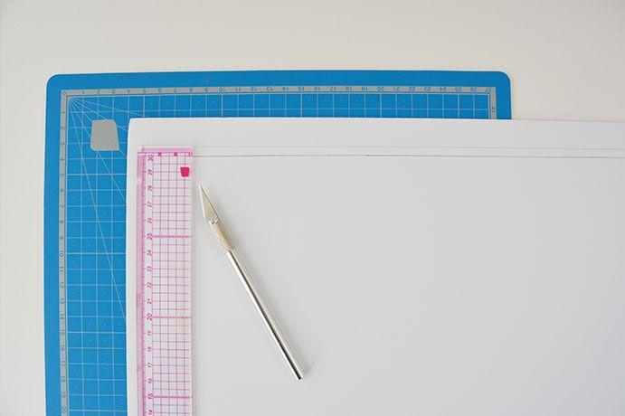ETAPE 2/11 - Mesurer les dimensions intérieures du cadre et reporter sur le carton mousse en agrandissant de 2 cm environ le rectangle. Découper.
