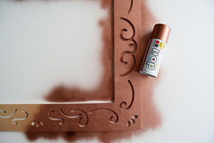 ETAPE 1/11 - Protéger l'espace de travail et bomber le cadre baroque avec le spray cuivré, de préférence dans un endroit aéré. Laisser sécher.
