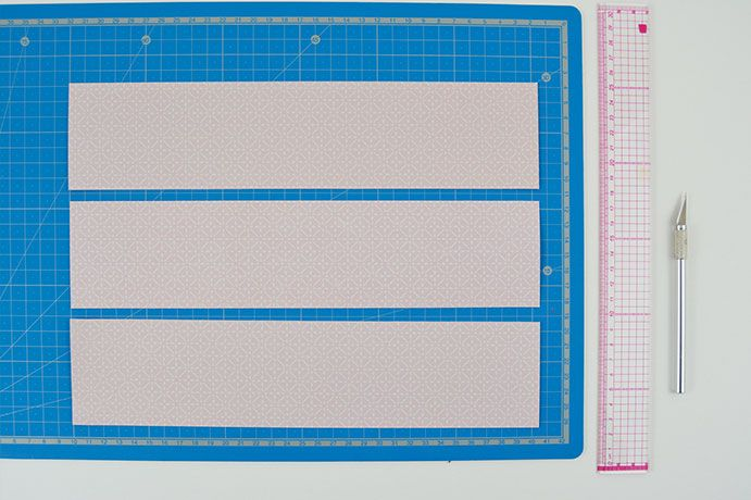 ETAPE 3/11 - Mesurer la largeur du cadre baroque, choisir un papier de la collection et découper des bandes de largeur légèrement inférieures.