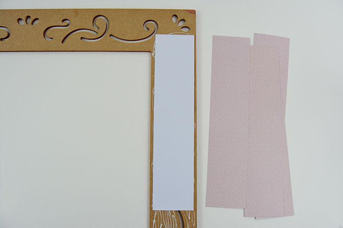 ETAPE 4/11 - Encoller le dos du cadre et coller les bandes de papier de façon à voir les motifs du papier choisi au travers des arabesques du cadre (dos du papier vers soi).