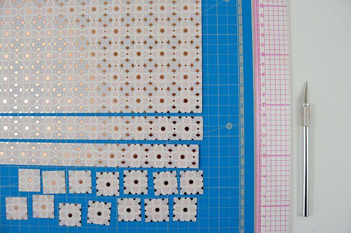 ETAPE 5/11 - Découper dans le papier mosaïque de la collection des petites carrés de papier en suivant les graphismes.