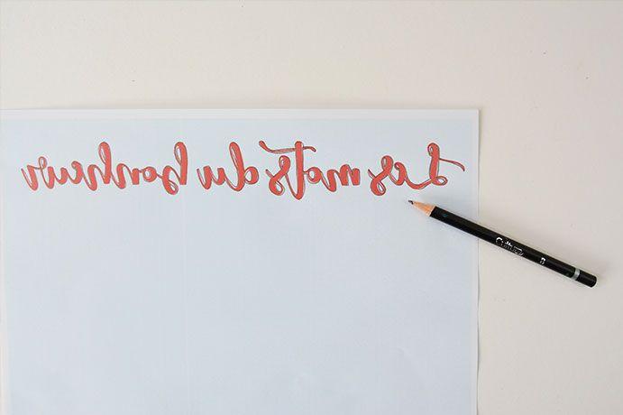 ETAPE 7/11 - Télécharger et imprimer le gabarit du lettering. Il est volontairement à l'envers. Marquer ses contours avec un crayon.