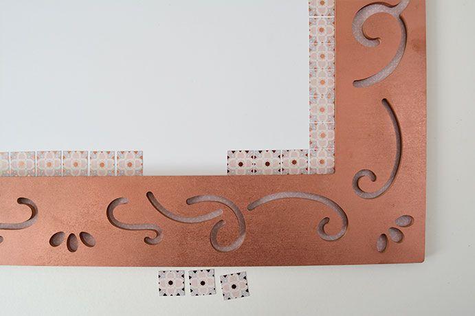 ETAPE 6/11 - Coller le carton plume au dos du cadre puis personnaliser le contour intérieur du cadre avec les carrés de mosaïque en papier.