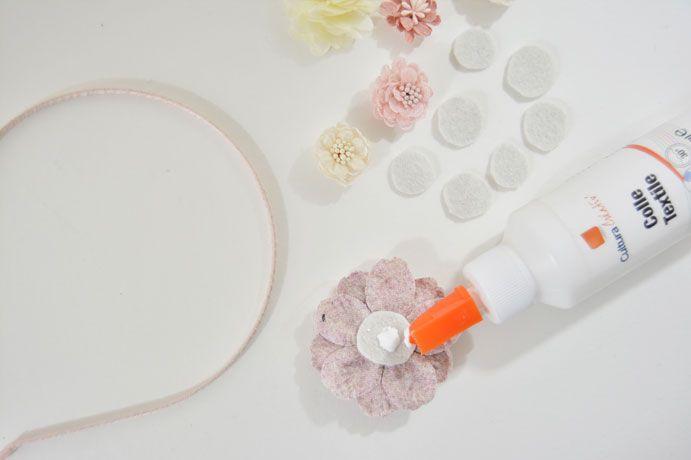 5. Encoller la grosse fleur et la positionner sur le côté du serre-tête.