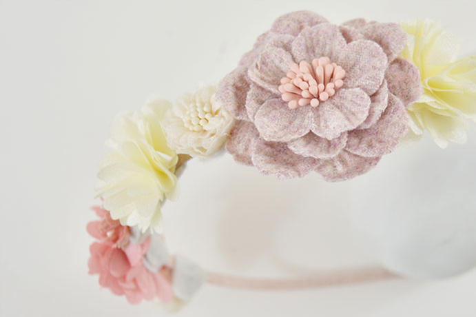 7. Poursuivre la décoration du serre-tête en collant d'autres fleurs comme expliqué précédemment. Laisser sécher.