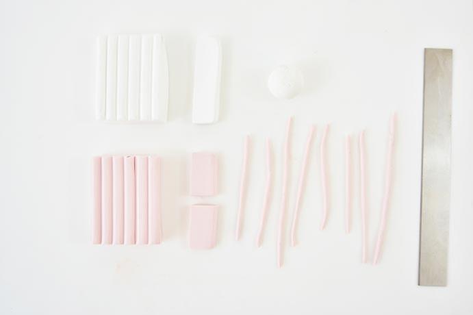 1. Pour créer la chevelure de la licorne créer de fins colombins à partir d'une barre de pâte Fimo® rose tendre. Pour créer le visage couper une barre de pâte Fimo® blanc et modeler une boule.