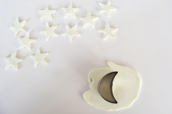 6. Utiliser les emporte-pièces lune et étoile pour créer les formes.
