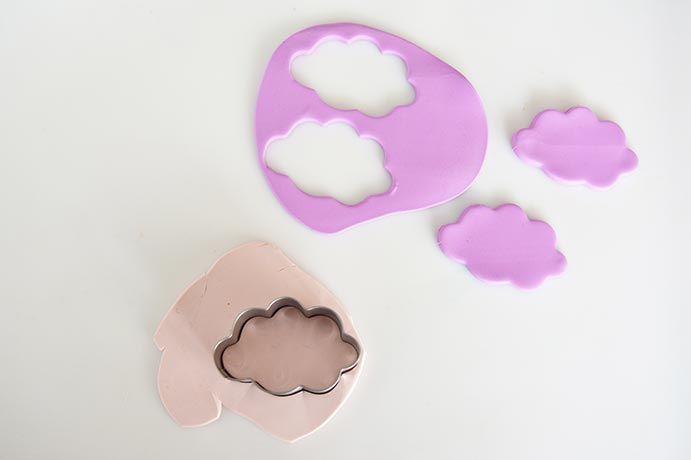 7. Créer des nuages avec la pâte Fimo® Rose tendre et lavande. Cuire tous les éléments modelés 30 minutes à 110 degrés. Laissez refroidir.
