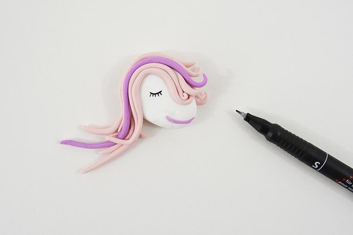 8. Dessiner un oeil endormi sur la tête de la licorne.
