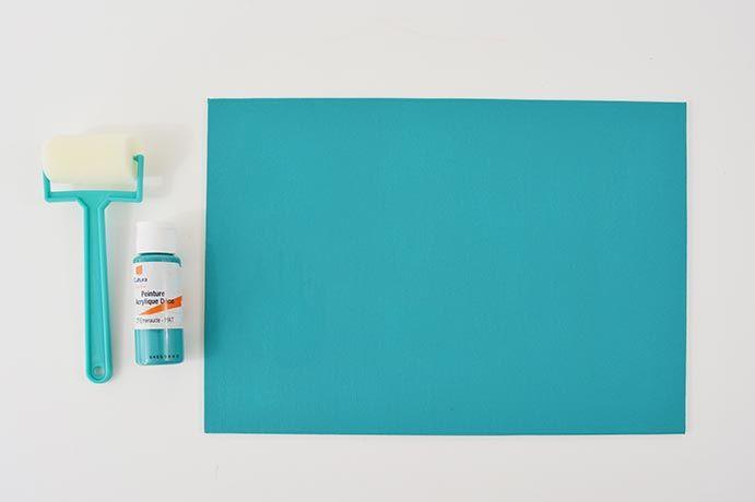 9.  Peindre le carton toilé en émeraude. Laisser sécher.