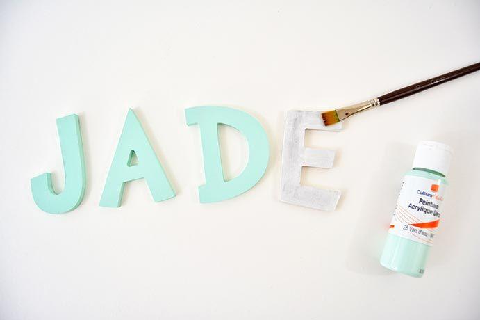 10. Peindre les lettres du prénom en vert d'eau. Passer une sous-couche de gesso avant de peindre.